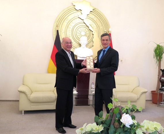 Head of the Propaganda Department of the City Party Committee Phan Nguyen Nhu Khue offers a souvenir to Vietnamese Ambassador to Germany Nguyen Minh Vu