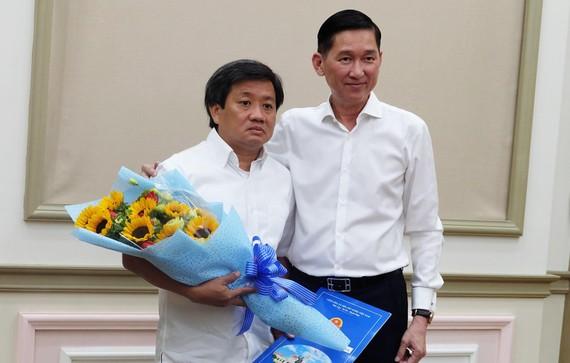 Phó Chủ tịch UBND TPHCM Trần Vĩnh Tuyến trao quyết định nhiệm vụ mới cho ông Đoàn Ngọc Hải