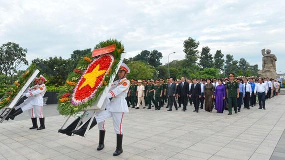 Đoàn đại biểu Thành ủy - HĐND - UBND - Ủy ban MTTQ Việt Nam TPHCM viếng Nghĩa trang Liệt sĩ TP. Ảnh: VIỆT DŨNG