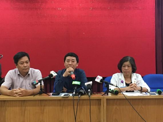 Ông Nguyễn Đức Vinh – Vụ trưởng Vụ Sức khỏe Bà mẹ và Trẻ em (giữa) đang trả lời tại buổi họp báo