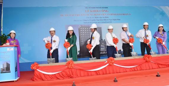 Phó Bí thư Thành ủy TPHCM Võ Thị Dung cùng các đại biểu thực hiện nghi thức khởi công cải tạo, xây dựng Bệnh viện An Bình. Ảnh: Việt Dũng