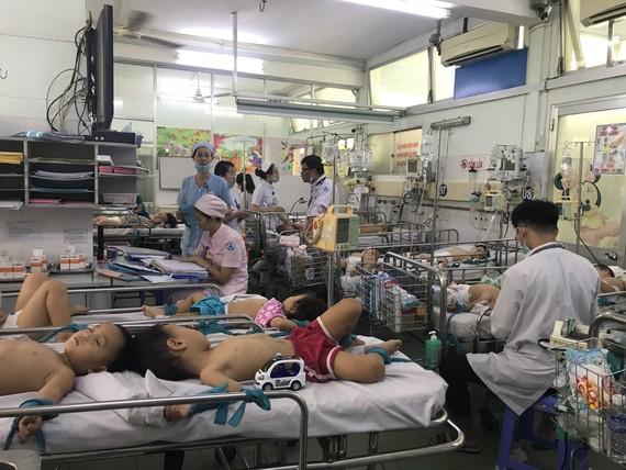 Bệnh nhi phải nằm ghép để điều trị bệnh tay chân miệng tại Bệnh viện Nhi đồng 1
