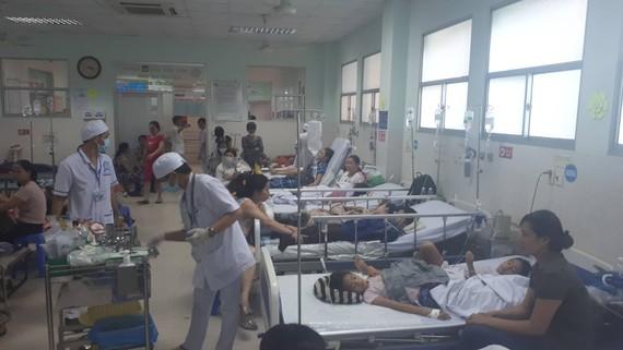 Bệnh nhi bị nghi ngộ độc đang điều trị tại Bệnh viện quận Tân Phú