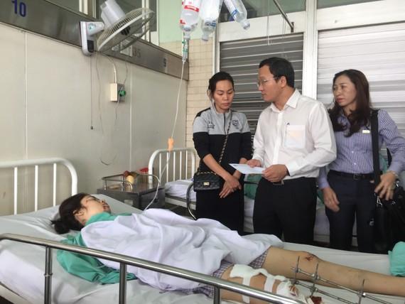 Phó Chủ tịch Ủy ban An toàn giao thông Quốc gia Khuất Việt Hùng đã đến thăm các nạn nhân đang điều trị tại Bệnh viện Chợ Rẫy
