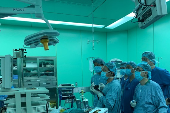 Các bác sĩ đang tiến hành mở cơ qua nội soi đường miệng cho bệnh nhân bị co thắt tâm vị