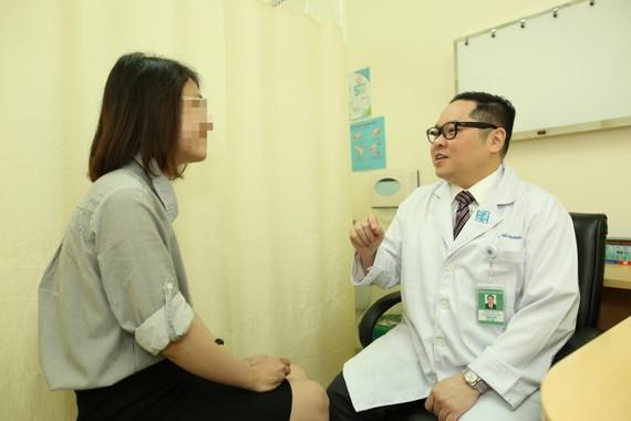 TS BS. Nguyễn Hoàng Đức – Trưởng khoa Tiết niệu BV Đại học Y Dược đang thăm khám cho bệnh nhân
