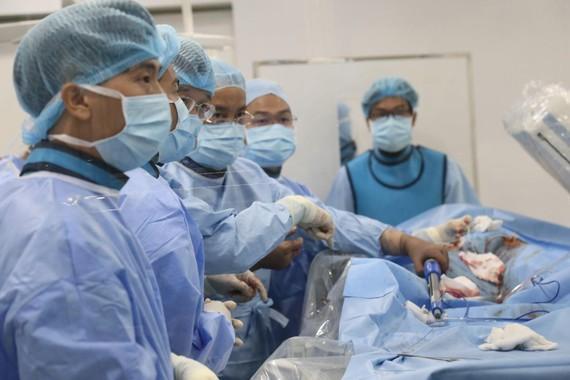 Các bác sĩ đang tiến hành can thiệp phình động mạch chủ ngực bằng phương pháp đặt Stent Graft