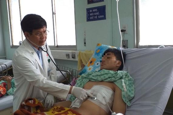 Bác sĩ đang thăm khám cho bệnh nhân. Ảnh: BVCC
