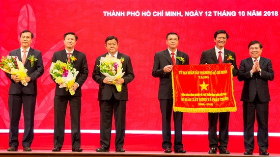 Chủ tịch UBND TPHCM - Nguyễn Thành Phong trao tặng cờ truyền thống cho Agribank