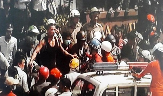 Nguyen William Anh (wearing a black T-shirt) climbs the special car (photo VOV)