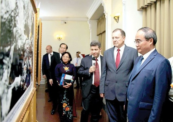 Secretary Nguyen Thien Nhan and Special Representative Leonidovich view photo exhibition Uncle Ho with Russia (Photo: DONG PHUONG)