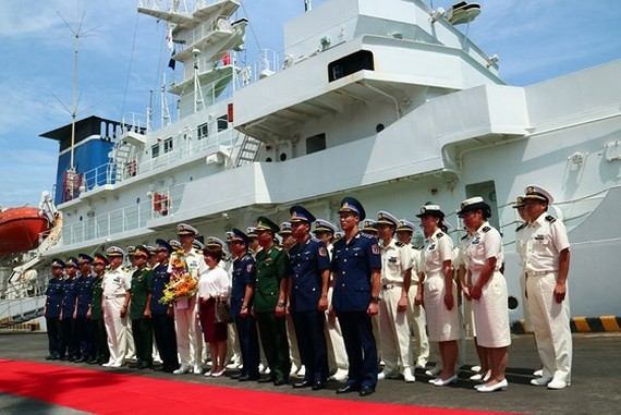 The Commander of the Coast Guard of Vietnam takes photo with the delegation of the training ship KOJIMA