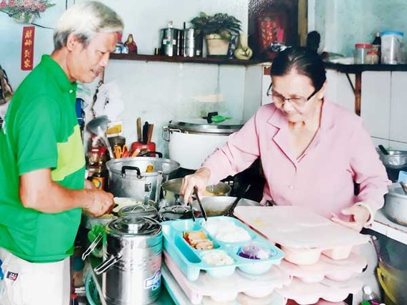 Bà Nguyễn Thị Phương phát cơm từ thiện cho người nghèo