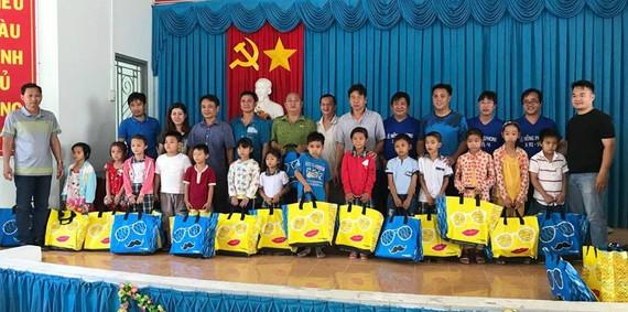 Tặng quà học sinh nghèo huyện Giồng Trôm, tỉnh Bến Tre