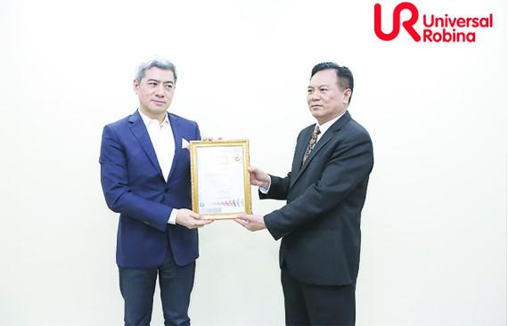 Ông Đỗ Chí Thành - Giám đốc khu vực miền Bắc Công ty  SGS trao chứng nhận ISO 45001: 2018 cho URC Việt Nam