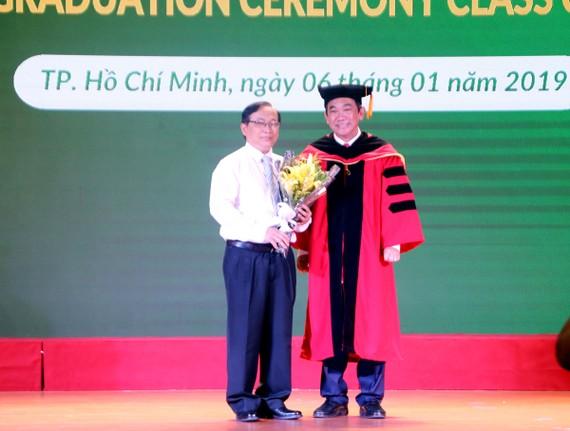 PGS.TS Hồ Thanh Phong – Hiệu trưởng ĐH HIU và PGS.TS Nguyễn Thanh Hùng – Giám đốc Bệnh viện Nhi Đồng 1