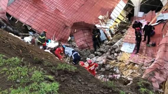 Lực lượng cứu hộ tại hiện trường khách sạn Alhambra bị sập do lở đất ở Abancay, Peru, ngày 27-1-2019. Ảnh; INDECI  