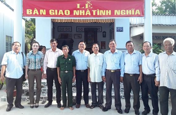 Đại diện Công ty CP Tập đoàn Xây dựng Hòa Bình - Ông Nguyễn Hữu Hiền - Giám đốc đối ngoại, Trợ lý Chủ tịch HĐQT (thứ 5 từ trái qua) tặng nhà tình nghĩa cho bà con Cà Mau