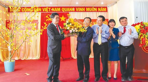 Ông Lê Thanh Quang tặng hoa cho tập thể Ban Lãnh đạo Công ty Yến sào Khánh Hòa