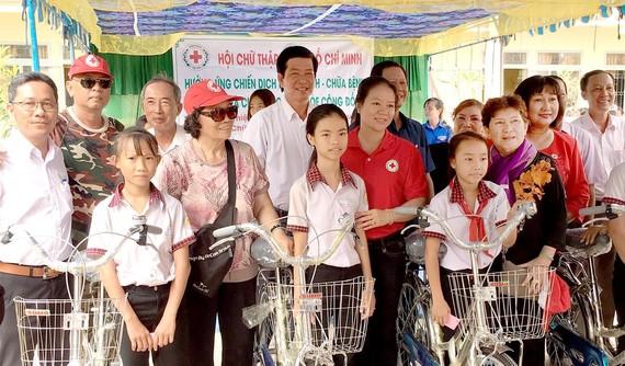 Đoàn thầy thuốc tình nguyện tặng xe đạp cho học sinh nghèo