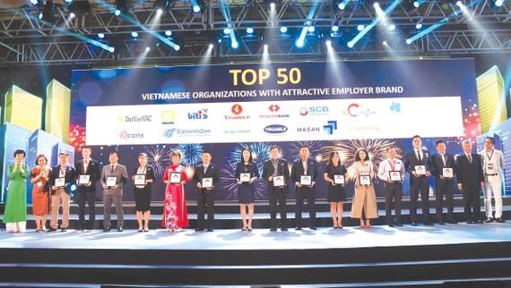 Ông Vũ Đức Hưng - GĐ Khối Quản trị nguồn nhân lực (đứng thứ 8 từ trái qua)  đại diện SCB nhận giải tại chương trình