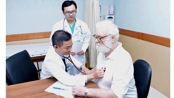 Bệnh nhân người Australia đến khám và điều trị tại Bệnh viện Đại học Y Dược TPHCM. Ảnh: THÀNH SƠN