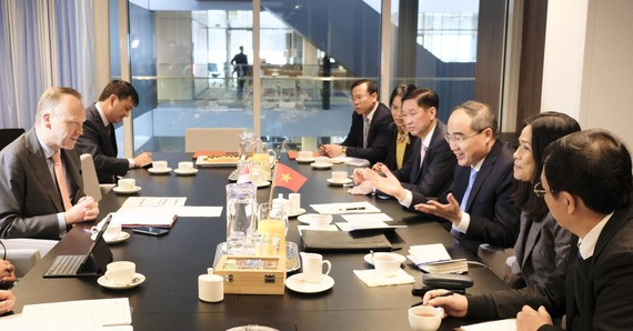 Bí thư Thành ủy TPHCM Nguyễn Thiện Nhân thảo luận cùng ông Roald Lapperre, Thứ trưởng Bộ Cơ sở Hạ tầng và Quản lý nước Hà Lan (MIW). Ảnh: KIỀU PHONG