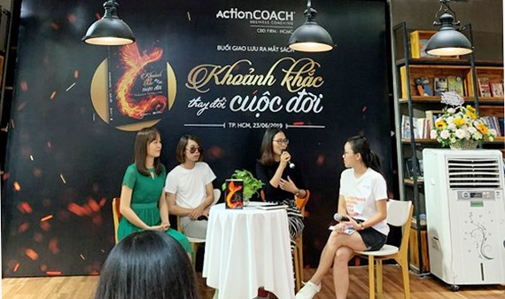 """Ba nhà văn trẻ: La Hường, Trúc Thiên và Phương Huyền (từ trái qua), cùng chia sẻ về quá trình hoàn thành cuốn sách """"Khoảnh khắc thay đổi cuộc đời""""."""
