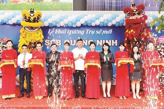 Ông Nguyễn Đức Hiển - PGĐ kiêm Chánh thanh tra giám sát Ngân hàng - NHNN CN tỉnh Quảng Ninh (đứng giữa) cùng đại diện Ban Lãnh đạo SCB cắt băng khai trương
