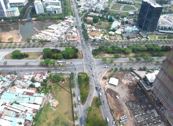 Ngã tư Nguyễn Văn Linh - Nguyễn Hữu Thọ sẽ đầu tư xây dựng nút giao thông. Ảnh: CAO THĂNG