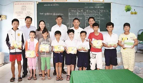 Công ty Xổ số Kiến thiết Đồng Tháp trao 2.000 quyển tập tặng học sinh nghèo trước mùa tựu trường