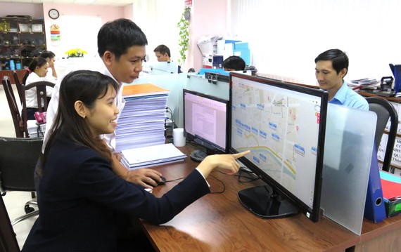 Nhân viên Cấp nước Chợ Lớn theo dõi lưu lượng, áp lực từ xa trên chương trình WaterNet để kịp thời phát hiện điểm bể