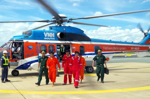 Lực lượng chức năng đưa 4 ngư dân bị nạn vào bờ an toàn