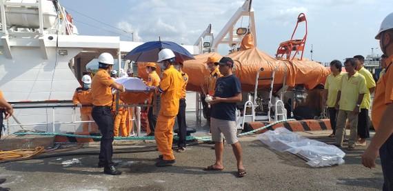 Đưa thi thể thuyền viên tàu cá BĐ 94005 TS vào bờ để bàn giao cho gia đình