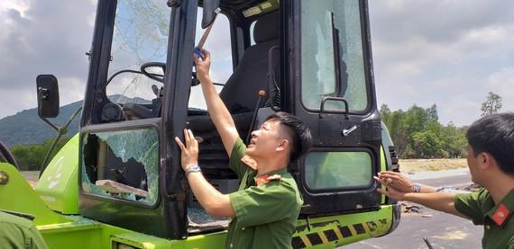 Lực lượng công an khám nghiệm phương tiện bị phá hủy