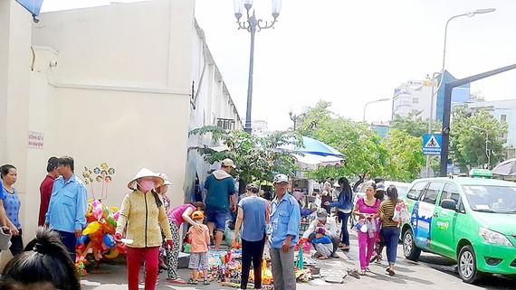  Cảnh họp chợ tại cổng số 3 của Bệnh viện Nhi đồng 1 trên đường Lý Thái Tổ