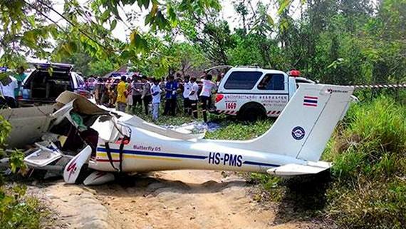Điều tra hiện trường tai nạn máy bay huấn luyện ở Thalang, Phukhet, Thái Lan, ngày 1-3-2018. Ảnh: BKP