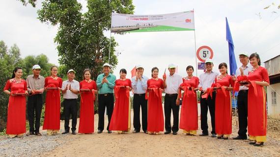 Lễ cắt băng khánh thành cầu kênh N5 tại xã Tân Hiệp, huyện Thạnh Hóa