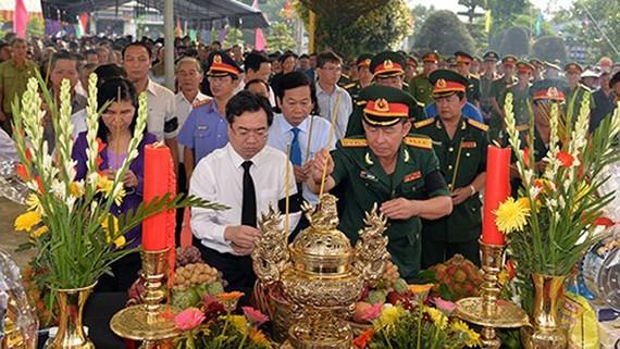 Lãnh đạo, Nhân dân tỉnh Kiên Giang thắp hương tưởng nhớ các liệt sỹ tại lễ Truy điệu. Ảnh: VOV
