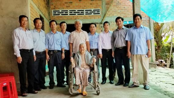 Thăm hỏi Mẹ Việt Nam anh hùng Đặng Thị Thương