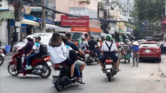 Nhiều trẻ không đội nón bảo hiểm khi ngồi trên xe máy