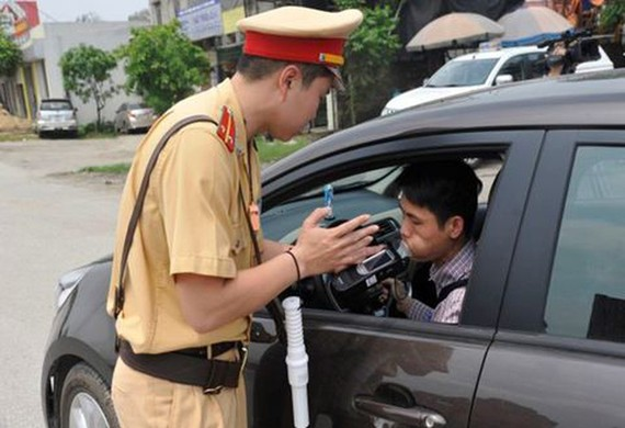 交警使用「哨式」吹管酒精測試儀查酒駕。(示意圖源:互聯網)
