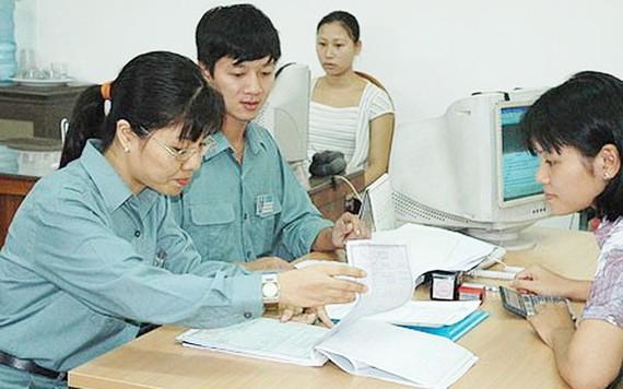 稅務部門檢查人員與傳銷企業進行工作。