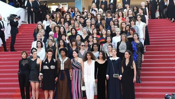82名女性電影從業者共同身著黑色衣裝,手挽著手分批、排隊走上紅地毯,為性別平等發聲。(圖源:互聯網)