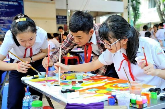 入圍總決賽的少兒在繪畫。