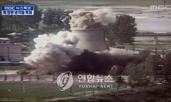 韓MBC電視台新聞節目2008年6月播出的寧邊冷卻塔爆破現場畫面截圖。(圖源:韓聯社)