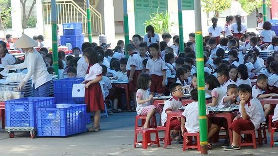某小學的學生正在食用午餐。