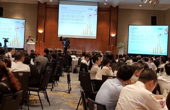 """圖為""""2018年至2020年越南經濟展望""""研討會現場一瞥。(圖源:投資報)"""