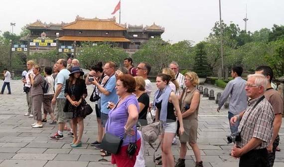 本月份來越國際遊客逾 670 萬人次。圖為某一西歐遊客前來順化古都遊覽參觀。(示意圖源:互聯網)