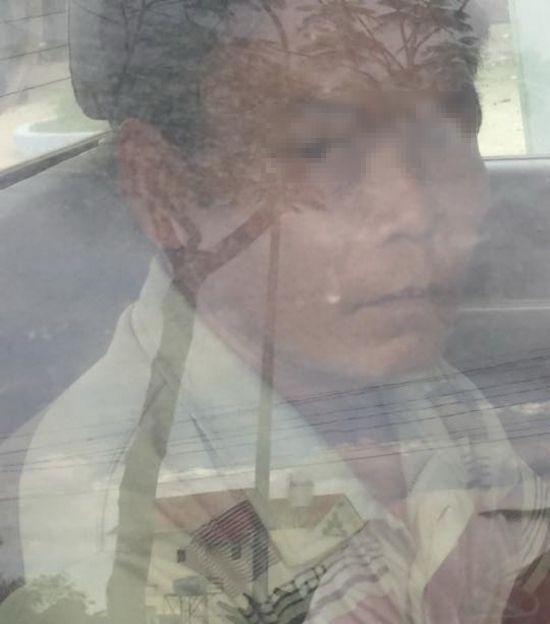 涉嫌多次強姦女兒疑案的嫌犯胡文煌被押上警車時拍下的鏡頭。(圖源:公安機關提供)